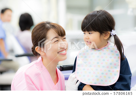 牙科保健員和兒童 57806165