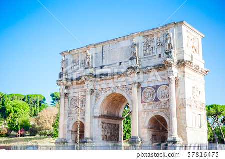 Landscape view of the Arch of Constantine in sunny holidays, lots of tousists, summer vacation, Rome 57816475