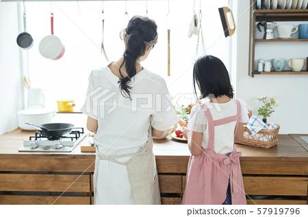 부모와 자식 어머니 딸 요리 57919796