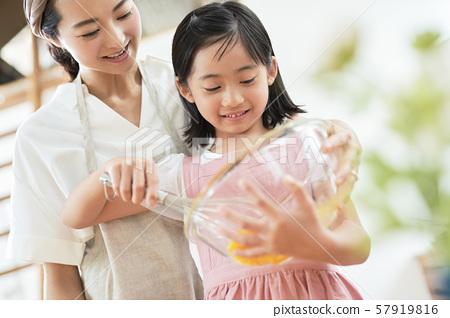 부모와 자식 어머니 딸 요리 57919816
