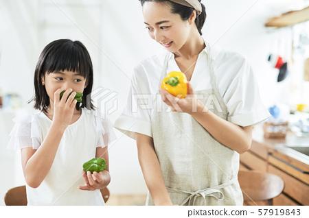 부모와 자식 어머니 딸 요리 57919843