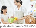 父母和孩子母亲女儿做饭 57919855