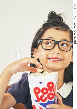 女童糖果吃 57920134