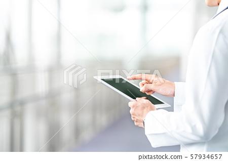 백의를 입은 남성의 손과 태블릿 57934657