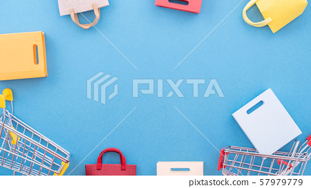 購物週年紀念平藍色背景購物車平躺購物 57979779