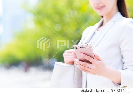 女商人(智能手機) 57983519