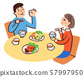 一對夫婦帶著微笑吃飯 57997950