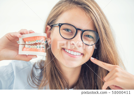 Model of a dental braces in the hand of a young 58000411