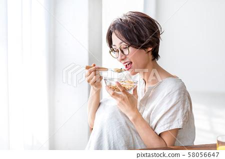 一個女人要吃早餐 58056647