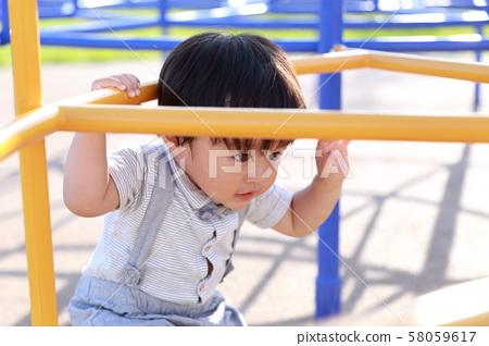 2歲男孩在公園裡玩田徑 58059617