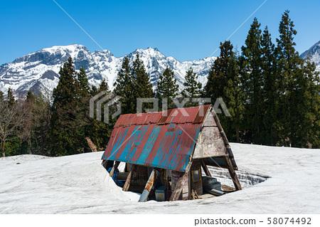 小屋埋在雪中 58074492