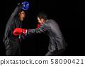 戴著手套摔跤的工資工 58090421