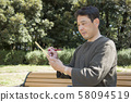 요요 기 공원에서 하이쿠를 읊는 중년 남성 58094519