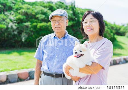 年長夫婦(公園,狗,寵物,步行 58133525