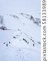 백 컨트리 스키로 향하는 사람들 58133989