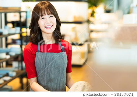 女店員兼職工作客戶服務服裝可愛休閒 58137071