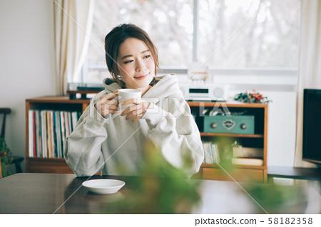 방에서 커피를 마시는 여자 58182358