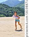 女孩在沙滩上跑步(海水浴,泳衣) 58198871