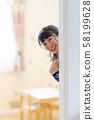 捉迷藏在家微笑的可愛女人 58199628