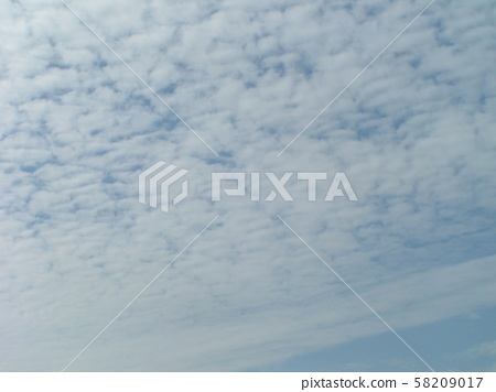 秋天的天空与白云之间的蓝天 58209017
