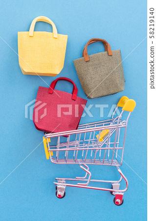 購物週年紀念平藍色背景購物車平躺購物 58219140