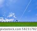 在藍天的飛機雲彩 58231782