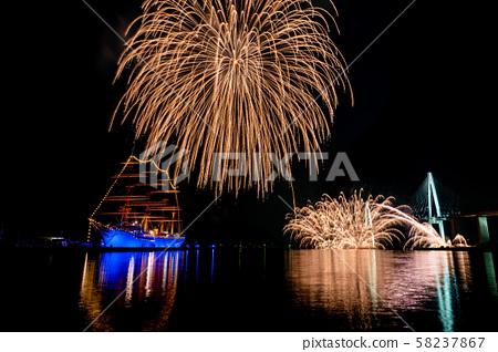 富山縣海王丸公園富山新光煙花節船隻和煙花的照明 58237867