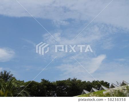 Blue Sky และ White Clouds ในฤดูใบไม้ร่วง 58238358