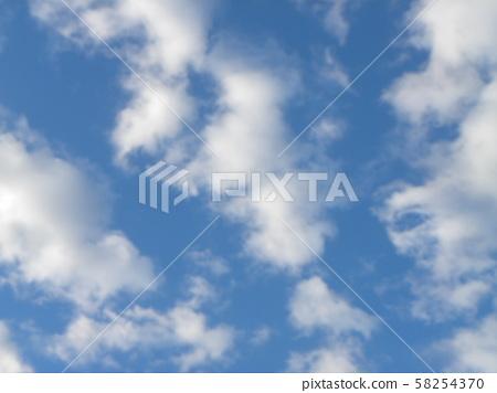 藍天和白色雲彩在秋天 58254370