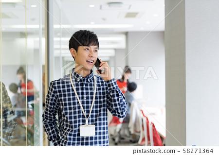 사업가, 사무실 캐주얼, 스마트 폰 58271364