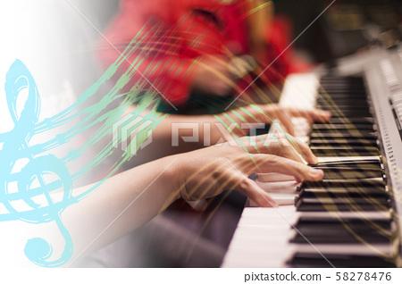 弹奏钢琴与五线谱音符 58278476