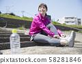 야외 스포츠 신발을 신는 여성 58281846
