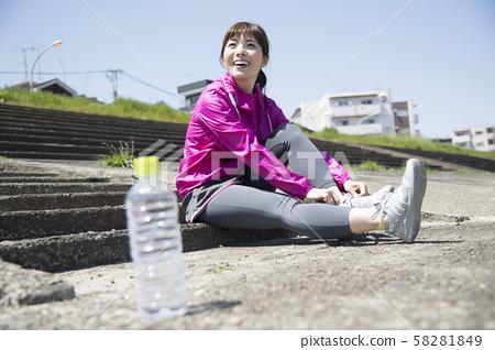 穿著戶外運動鞋的女人 58281849