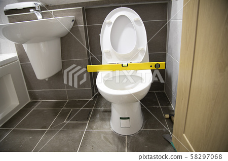 Leveling the toilet 58297068