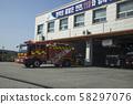 消防车在消防局等着出去 58297076