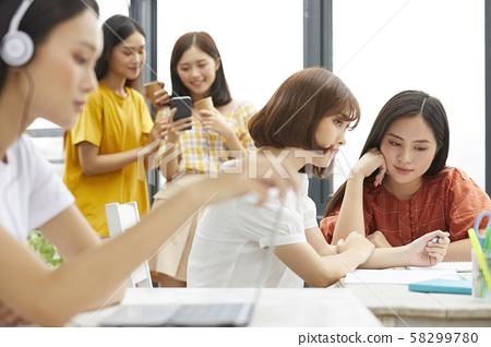 여성 대학생 공부 58299780