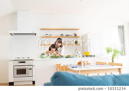 生活用餐,父母和小孩,日常生活,好朋友 58351234
