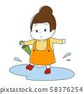 女孩抱著一把傘,在水坑里玩 58376254