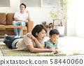与父母和孩子一起阅读客厅 58440060