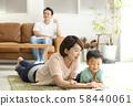 与父母和孩子一起阅读客厅 58440061