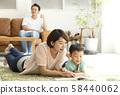 与父母和孩子一起阅读客厅 58440062
