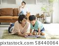 与父母和孩子一起阅读客厅 58440064