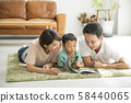 与父母和孩子一起阅读客厅 58440065