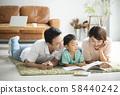 与父母和孩子一起阅读客厅 58440242