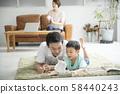与父母和孩子一起阅读客厅 58440243