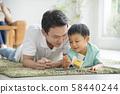 与父母和孩子一起阅读客厅 58440244