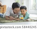 与父母和孩子一起阅读客厅 58440245