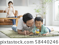与父母和孩子一起阅读客厅 58440246