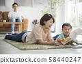 与父母和孩子一起阅读客厅 58440247