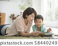 与父母和孩子一起阅读客厅 58440249
